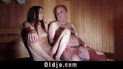 Az idős faszi és a fiatal csaj a szaunában
