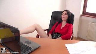 A dögös fiatal titkárnő az irodában szexel