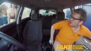 A csöcsös tanulóvezető és az oktatója nagyot kúrnak a kocsiban